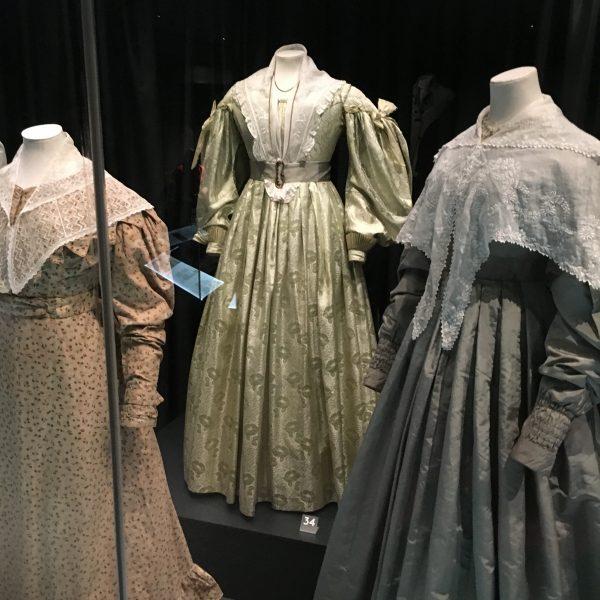 d7e65affd02ae0 Jurken uit de jaren 1830 met de kenmerkende  leg-of-mutton  mouwen. De  middelste jurk is gemaakt van zijde